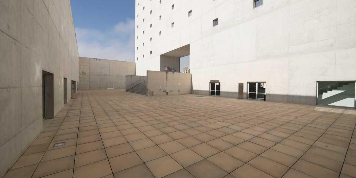 Plaza de las Culturas del Centro Cultural CajaGranada. Por su amplitud y espacio abierto al aire libre, la Plaza de las Culturas del Centro Cultural CajaGranada es un marco idóneo para celebrar actividades culturales con todas las garantías sanitarias.