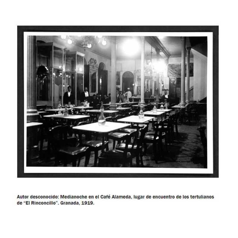 """Fotografía. Autor desconocido: Medianoche en el Café Alameda, lugar de encuentro de los tertulianos de """"El Rinconcillo"""". Granada. 1919"""