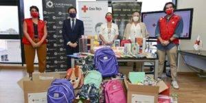 Joaquín Olgado, Eugenia Rodríguez-Bailón, Maria Elena Martín-Vivaldi y dos trabajadores de Cruz Roja junto al material escolar entregado
