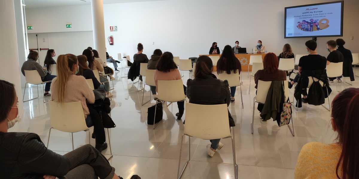 Grupo de alumnos asistiendo a la presentación de 'The Non-Formal Cultural Heritage Education Book'