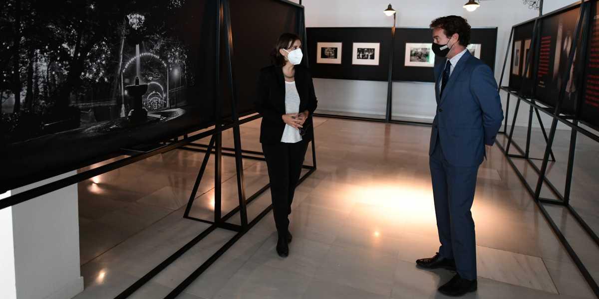 La comisaria de la exposición 'NOCTURNAS, mientras la ciudad duerme…. 1900-1960', Lucía Laín; y el director de CajaGranada Fundación, Fernando Bueno.