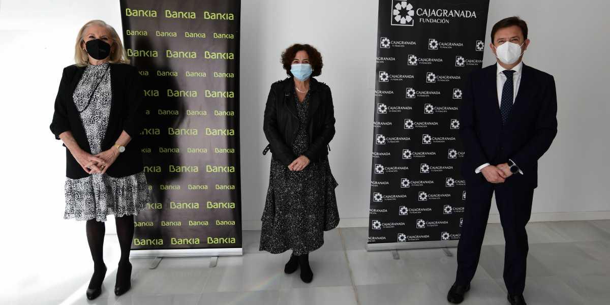 Foto (de izda. a dcha.): la presidenta de CajaGranada Fundación, María Elena Martín-Vivaldi; la rectora de la Universidad de Granada, Pilar Aranda; y el director corporativo de la Territorial de Bankia en Andalucía, Joaquín Holgado.