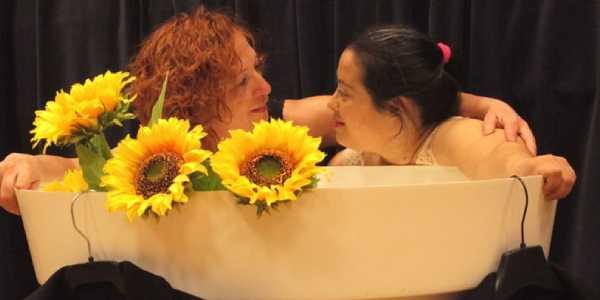 Dos mujeres mirándose