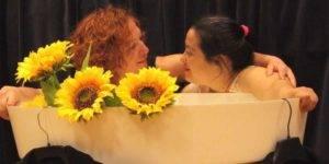 Dos actrices interpretando una escena de la obra 'Mujeres semilla'