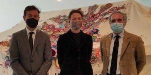 De izquierda a derecha: El director de CajaGranada Fundación, Fernando Bueno; la artista Kate Daudy; y el director de la Asociación AIDA, Javier Gila.