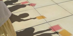 Sombras de niños participando en una actividad del Museo Memoria de Andalucía