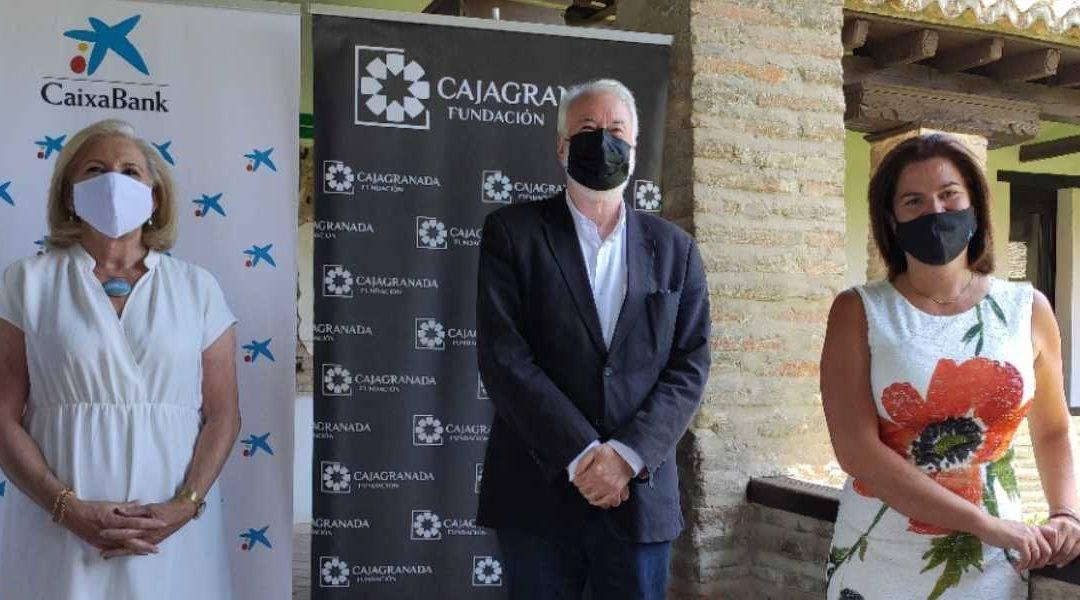 En la fotografía de izquierda a derecha: la presidenta de CajaGranada Fundación, María Elena Martín-Vivaldi; el director del Festival Internacional de Música y Danza de Granada, Antonio Moral; y la directora del Área de Negocio de CaixaBank en Granada, Mar Porcel.