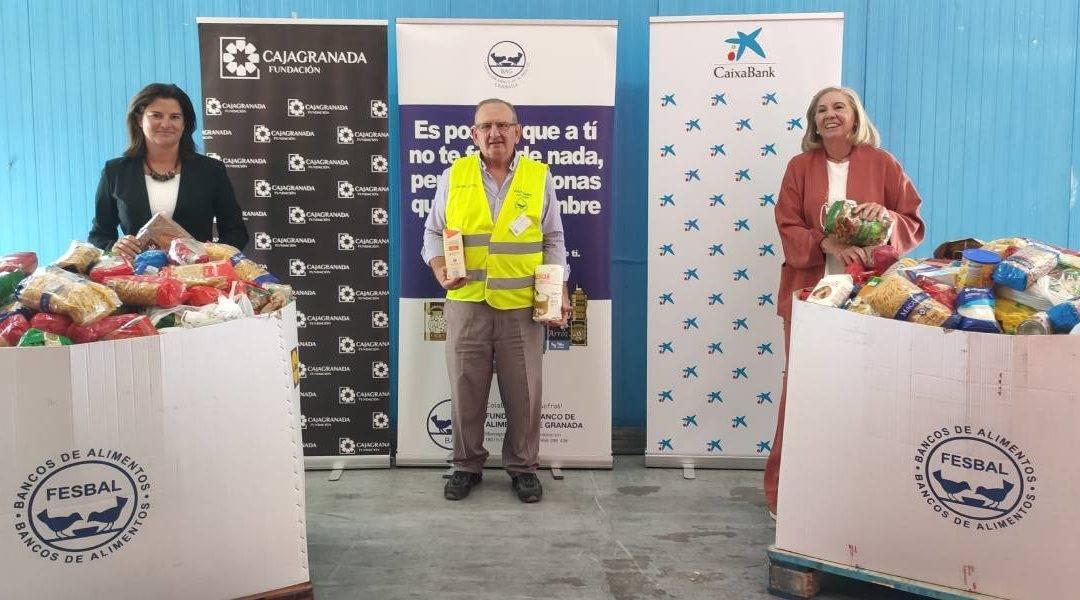 En la fotografía de izquierda a derecha: la directora del Área de Negocio de CaixaBank en Granada, Mar Porcel; el presidente del Banco de Alimentos de Granada, Indalecio García; y la presidenta de CajaGranada Fundación, María Elena Martín-Vivaldi
