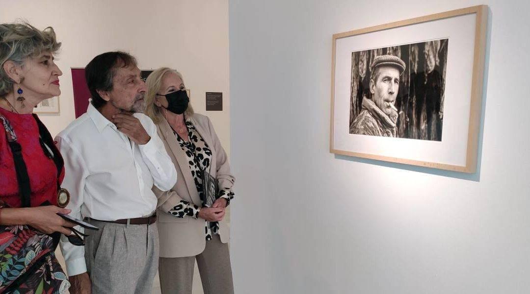 De izquierda a derecha: la secretaria de la Fundación Omnia, Carmen Ocaña; el fotógrafo, Antonio Arabesco; y la presidenta de CajaGranada Fundación, María Elena Martín-Vivaldi.